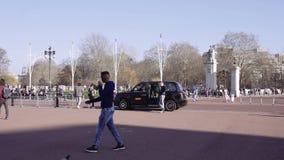 Londres/Reino Unido - 02 24 2019: Buckingham Palace y Victoria Memorial en Londres Punto turístico Gente que camina, y haciendo almacen de metraje de vídeo
