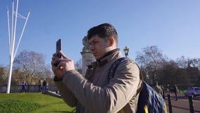 Londres/Reino Unido - 02 24 2019: Buckingham Palace y Victoria Memorial en Londres Punto tur?stico Canal que camina de la gente almacen de video