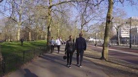 Londres/Reino Unido - 02 24 2019: Buckingham Palace y Victoria Memorial en Londres Punto tur?stico Canal que camina de la gente almacen de metraje de vídeo