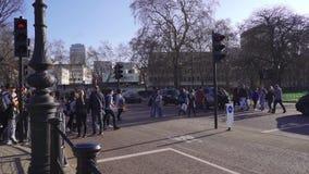 Londres/Reino Unido - 02 24 2019: Buckingham Palace y Victoria Memorial en Londres Punto tur?stico Canal que camina de la gente metrajes