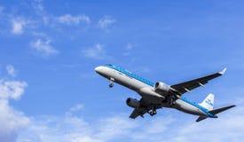 LONDRES, REINO UNIDO: CERCA de 2015: Avião de passagem de KLM Embraer ERJ-190 foto de stock