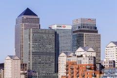 LONDRES, REINO UNIDO - CERCA DE 2015: Distrito financeiro de Canary Wharf imagens de stock