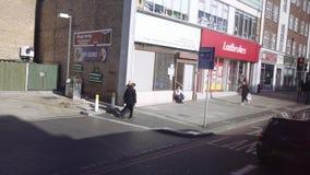 Londres/Reino Unido - 02 24 2019: Construção velha na rua de Londres Jardins de Langland da estação de ônibus vista do ônibus vídeos de arquivo