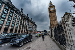 LONDRES, REINO UNIDO - 9 DE ABRIL DE 2013: Calle de Big Ben y del puente con los turistas y los coches Imagen de archivo