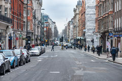 LONDRES, REINO UNIDO - 9 DE ABRIL DE 2013: Calle vieja ocupada de la ciudad con la gente que camina Fotografía de archivo