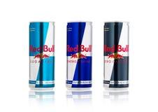 LONDRES, REINO UNIDO - 12 DE ABRIL DE 2017: Las latas de energía de Red Bull beben Sugar Free y las calorías cero en el fondo bla Foto de archivo libre de regalías