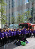LONDRES, Reino Unido - 13 de abril de 2014 - maratona de Londres no coro de suporte de Canary Wharf Imagem de Stock