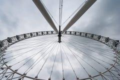 LONDRES, REINO UNIDO - 9 DE ABRIL DE 2013: Ojo de Londres de debajo con la lente granangular Fotografía de archivo
