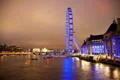 LONDRES, REINO UNIDO - 5 DE ABRIL DE 2014: Opinião da noite do olho de Londres, Londres Reino Unido Foto de Stock Royalty Free