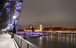 LONDRES, REINO UNIDO - 5 DE ABRIL DE 2014: Opinião da noite do olho de Londres, Londres Reino Unido Fotos de Stock