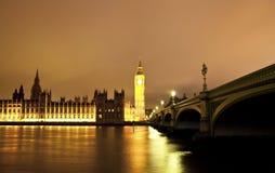 LONDRES, REINO UNIDO - 5 DE ABRIL DE 2014: Opinião da noite do olho de Londres, Londres Reino Unido Imagem de Stock Royalty Free