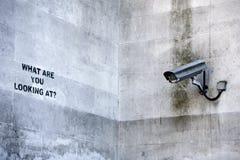 LONDRES, Reino Unido - 8 de abril de 2014: Pintada del 'CCTV' de Banksy en Londres Imágenes de archivo libres de regalías