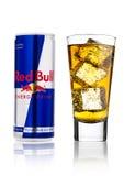 LONDRES, REINO UNIDO - 12 DE ABRIL DE 2017: Possa da bebida da energia de Red Bull com os cubos do vidro e de gelo no fundo branc Fotografia de Stock Royalty Free