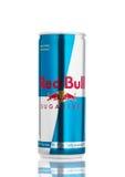 LONDRES, REINO UNIDO - 12 DE ABRIL DE 2017: Possa de Red Bull Sugar Free Energy Drink no fundo branco Red Bull é o drin o mais po Imagens de Stock Royalty Free