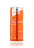 LONDRES, REINO UNIDO - 12 DE ABRIL DE 2017: Puede de bebida de la energía de Red Bull el fondo anaranjado del blanco de Editionon fotografía de archivo libre de regalías