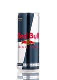 LONDRES, REINO UNIDO - 12 DE ABRIL DE 2017: Pueden de Red Bull cero caloría de bebida de la energía en el fondo blanco Red Bull e Fotografía de archivo libre de regalías