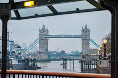 LONDRES, REINO UNIDO - 9 DE ABRIL DE 2013: Puente de la torre con el buque de guerra en el río Támesis Sesión fotográfica de la ú Foto de archivo libre de regalías