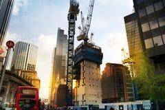 LONDRES, REINO UNIDO - 24 DE ABRIL DE 2014: Solar con las grúas en la ciudad de Londres uno de los centros principales de las fin Imagen de archivo libre de regalías