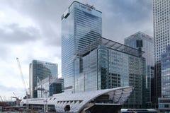 LONDRES, REINO UNIDO - 24 DE ABRIL DE 2014: Solar con las grúas en la ciudad de Londres uno de los centros principales de las fin Imágenes de archivo libres de regalías
