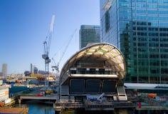 LONDRES, REINO UNIDO - 24 DE ABRIL DE 2014: Terreno de construção com ária de Canary Wharf dos guindastes, Imagem de Stock Royalty Free