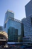 LONDRES, REINO UNIDO - 24 DE ABRIL DE 2014: Terreno de construção com ária de Canary Wharf dos guindastes, Imagens de Stock
