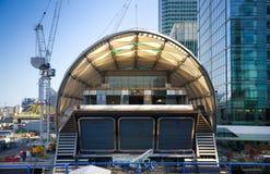 LONDRES, REINO UNIDO - 24 DE ABRIL DE 2014: Terreno de construção com ária de Canary Wharf dos guindastes, Fotografia de Stock