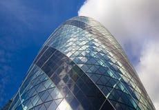 LONDRES, REINO UNIDO - 24 DE ABRIL DE 2014: Terreno de construção com os guindastes na cidade de Londres uma dos centros principa Imagens de Stock