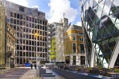 LONDRES, REINO UNIDO - 24 DE ABRIL DE 2014: Terreno de construção com os guindastes na cidade de Londres uma dos centros principa Foto de Stock Royalty Free