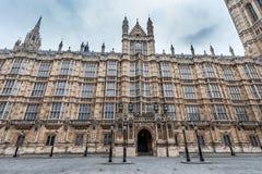 LONDRES, REINO UNIDO - 9 DE ABRIL DE 2013: Un lado de monumento británico de la arquitectura del parlamento Foto de archivo libre de regalías