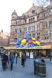 LONDRES, REINO UNIDO - 17 DE ABRIL: Fachada del teatro del palacio, con Singin Imagen de archivo libre de regalías