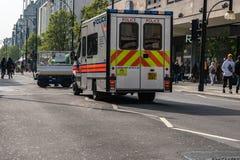 Londres, Reino Unido - 15 de abril de 2019: Furgoneta de policía en la calle de Oxford Los paladines de la rebelión de la extin imágenes de archivo libres de regalías