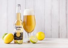 LONDRES, REINO UNIDO - 27 DE ABRIL DE 2018: Garrafa de Corona Extra Beer na madeira imagens de stock royalty free