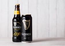 LONDRES, REINO UNIDO - 27 DE ABRIL DE 2018: La botella y la poder de aluminio de Guinness elaboran la botella de cerveza valiente fotografía de archivo libre de regalías