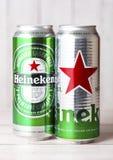 LONDRES, REINO UNIDO - 27 DE ABRIL DE 2018: Latas de aluminio de Heineken Lager Beer en fondo de madera imagenes de archivo