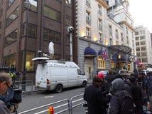 Los medios fuera del Ritz en donde ha muerto Margaret Thatcher Foto de archivo libre de regalías