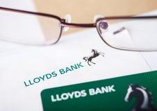 LONDRES, REINO UNIDO - 18 DE AGOSTO DE 2018: Cartão da indicação e de crédito de Lloyds Banking Group com vidros de leitura imagem de stock