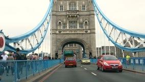 Londres, Reino Unido - 24 de agosto de 2017: Conducción con tráfico en el símbolo icónico del puente de la torre de Londres metrajes