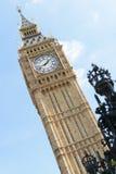 Londres, Reino Unido - 30 de agosto de 2016: Big Ben de Londres com a cerca de-focalizada da coroa na parte dianteira Fotos de Stock