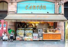 LONDRES, REINO UNIDO - 14 DE AGOSTO DE 2010: el encargado no identificado de la tienda maneja hola Imágenes de archivo libres de regalías