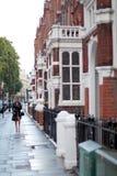 LONDRES, REINO UNIDO - 14 DE AGOSTO DE 2010: la mujer no identificada camina en el st Fotos de archivo