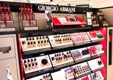 LONDRES, REINO UNIDO - 31 DE AGOSTO DE 2018: Giorgio Armani Lipstick y el cosmético perfuman la colección en la tienda con franqu fotografía de archivo
