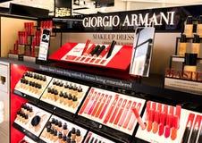 LONDRES, REINO UNIDO - 31 DE AGOSTO DE 2018: Giorgio Armani Lipstick y el cosmético perfuman la colección en la tienda con franqu fotos de archivo