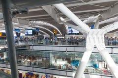 LONDRES, REINO UNIDO - 28 de agosto de 2017 - partidas terminais no aeroporto de Heathrow, um de seis aeroportos internacionais q Fotografia de Stock Royalty Free