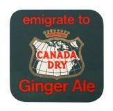 LONDRES, REINO UNIDO - 22 DE AGOSTO DE 2018: Pousa-copos seca da esteira de Canadá Ginger Ale isolada no fundo branco imagens de stock