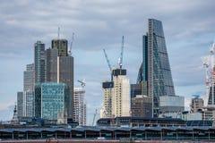 Londres, Reino Unido - 5 de agosto de 2017: skyscrappers e guindastes no Cit Imagem de Stock