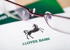 LONDRES, REINO UNIDO - 18 DE AGOSTO DE 2018: Tarjeta de la declaración y de crédito de Lloyds Banking Group con los vidrios de le imagen de archivo