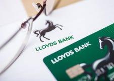 LONDRES, REINO UNIDO - 18 DE AGOSTO DE 2018: Tarjeta de la declaración y de crédito de Lloyds Banking Group con los vidrios de le imágenes de archivo libres de regalías