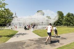 LONDRES, REINO UNIDO - 1º DE AGOSTO: Visitantes do parque que apreciam o tempo ensolarado Fotos de Stock Royalty Free