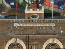 Londres, Reino Unido - 11 de dezembro de 2018: Olhando o terminal internacional do cruzeiro de Londres, porto da autoridade de Lo fotografia de stock royalty free