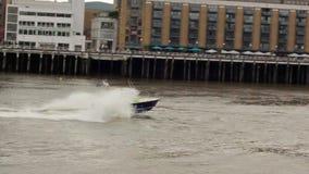 LONDRES, REINO UNIDO - 10 DE DICIEMBRE DE 2018: Barco de policía, yate que persigue a un criminal, pasando rápidamente a través d almacen de metraje de vídeo